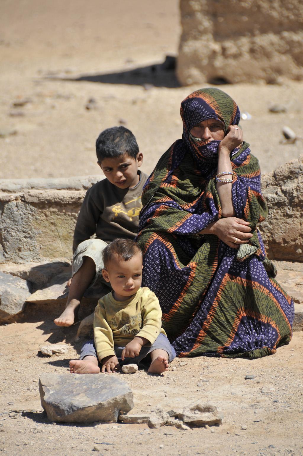 Familj vid brunn mot merzouga-1024
