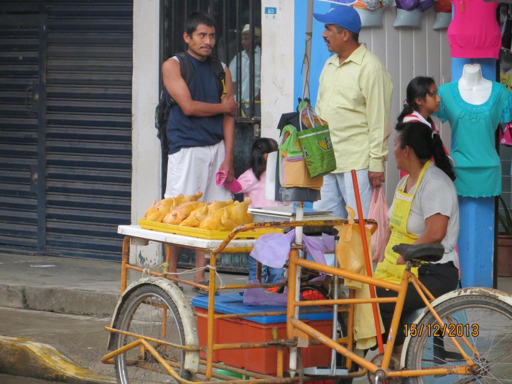 Bild 2 Stannar och köper apelsiner